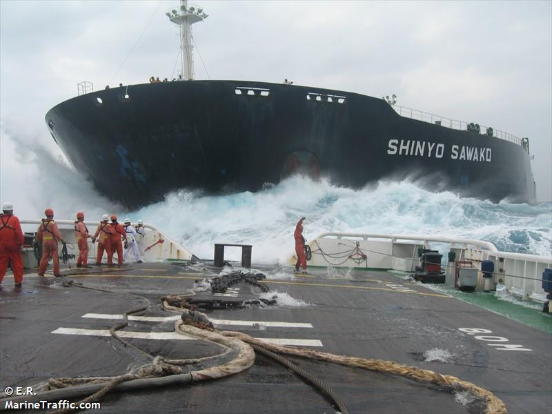 Salvage tug connecting to the tanker Shinyo Sawako. Photo: Marinetraffic.com